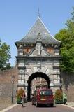 古老荷兰城市门Veerpoort和繁忙的交通 免版税库存照片