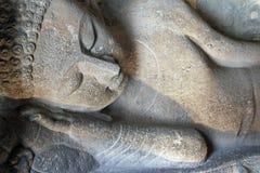 古老菩萨斜倚的雕象 库存照片
