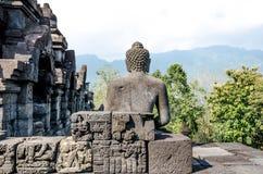 古老菩萨雕象和stupa在婆罗浮屠寺庙在Yogyakart 库存照片