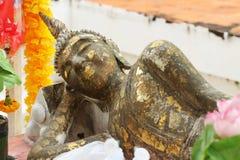 古老菩萨雕象说谎的睡觉金叶古迹 免版税库存照片