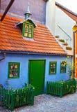 古老著名街道Zlata ulicka的矮小的老房子在布拉格 库存图片