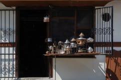古老葡萄酒铜滚保龄球,铜容器、罐和平底锅a 免版税库存照片