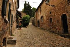 古老街道房子在沃尔泰拉,托斯卡纳,意大利 库存照片