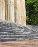 古老被佩带的石这个古老石大厦的步和专栏 免版税库存照片