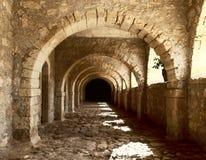 古老被成拱形的堡垒隧道 免版税库存照片