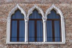 古老被成拱形的窗口特点威尼斯 免版税库存照片
