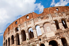 古老被成拱形的colosseum门面罗马 免版税库存图片