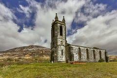 古老被放弃的教会废墟有坟园的在爱尔兰 免版税库存照片