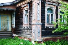 古老被放弃的木房子 免版税库存照片