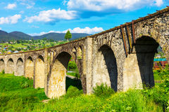 古老被放弃的铁路桥在Vorokhta,乌克兰 免版税图库摄影