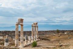 古老被毁坏的市在棉花堡,代尼兹利,土耳其附近的希拉波利斯在夏天 在背景在阴暗Horiz的天空 免版税库存图片