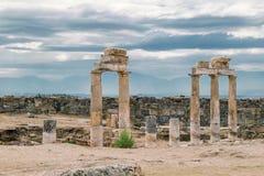 古老被毁坏的市在棉花堡,代尼兹利,土耳其附近的希拉波利斯在夏天 在背景在阴暗Horiz的天空 库存图片