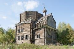 古老被毁坏的木教会在北俄国村庄 免版税库存照片