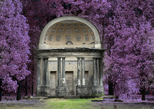 古老被毁坏的树荫处在公园老鹰亭子 俄国 圣彼德堡 Gatchina 红外照片 免版税库存图片
