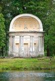 古老被毁坏的树荫处在秋天公园老鹰亭子 俄国 圣彼德堡 免版税库存图片
