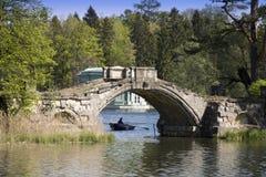 古老被毁坏的桥梁在前宫殿公园 Gatchina 彼得斯堡 俄国 库存图片