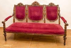 古老被雕刻的沙发, 18世纪 免版税库存照片