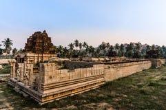 古老被破坏的寺庙在亨比,卡纳塔克邦,印度 免版税库存图片