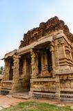 古老被破坏的寺庙在亨比,卡纳塔克邦,印度 免版税库存照片