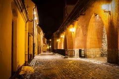 古老设防墙壁在游人能找到中古独特的大气的老里加-著名欧洲城市 免版税库存图片