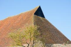 古老谷仓屋顶有天空的 免版税库存图片