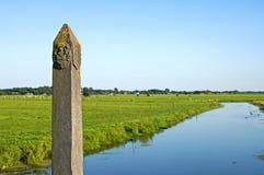 古老边界极在村庄之间的乡下 免版税库存图片