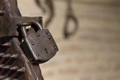古老酷刑椅子铁挂锁特写镜头在阳光下 免版税库存照片