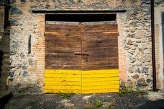古老酿酒厂` s门在托斯卡纳2 库存图片