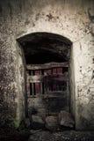 古老酿酒厂` s门在托斯卡纳3 库存照片