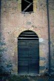 古老酿酒厂` s门在托斯卡纳4 库存图片