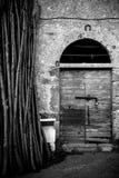 古老酿酒厂` s门在托斯卡纳5 库存照片