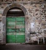 古老酿酒厂` s门在托斯卡纳6 库存图片