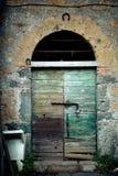 古老酿酒厂` s门在托斯卡纳8 免版税库存图片