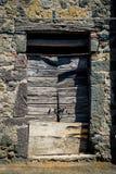 古老酿酒厂` s门在托斯卡纳9 库存图片