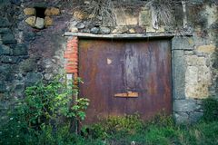 古老酿酒厂` s门在托斯卡纳11 免版税库存图片