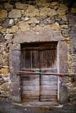 古老酿酒厂` s门在托斯卡纳12 库存照片