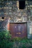 古老酿酒厂` s门在托斯卡纳13 免版税库存照片