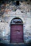 古老酿酒厂` s门在托斯卡纳14 库存照片
