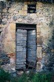 古老酿酒厂` s门在托斯卡纳15 库存照片