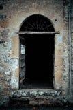 古老酿酒厂` s门在托斯卡纳16 免版税库存照片