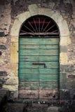 古老酿酒厂` s门在托斯卡纳17 免版税库存照片