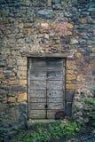 古老酿酒厂` s门在托斯卡纳18 库存图片