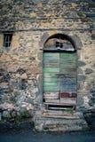 古老酿酒厂` s门在托斯卡纳20 免版税库存图片