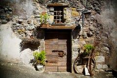 古老酿酒厂` s门在托斯卡纳21 库存图片