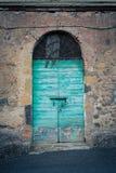 古老酿酒厂` s门在托斯卡纳23 免版税库存照片