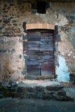 古老酿酒厂` s门在托斯卡纳25 免版税图库摄影