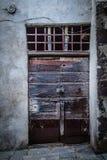 古老酿酒厂` s门在托斯卡纳28 免版税库存图片