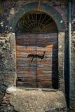 古老酿酒厂` s门在托斯卡纳29 免版税库存图片