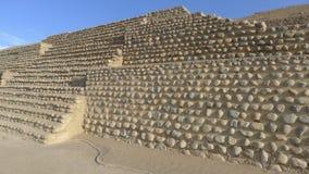 古老金字塔在Bandurria,在利马北部,秘鲁 库存图片
