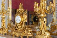 古老金黄时钟在偏僻寺院 免版税库存图片
